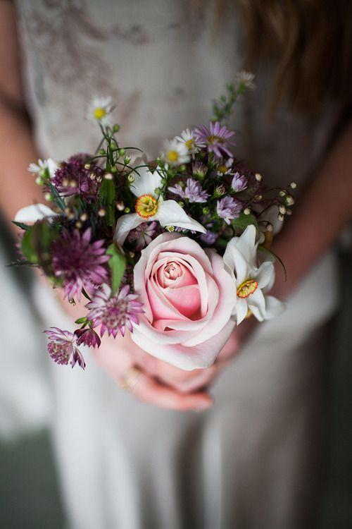 唯美新娘手捧鲜花超美高
