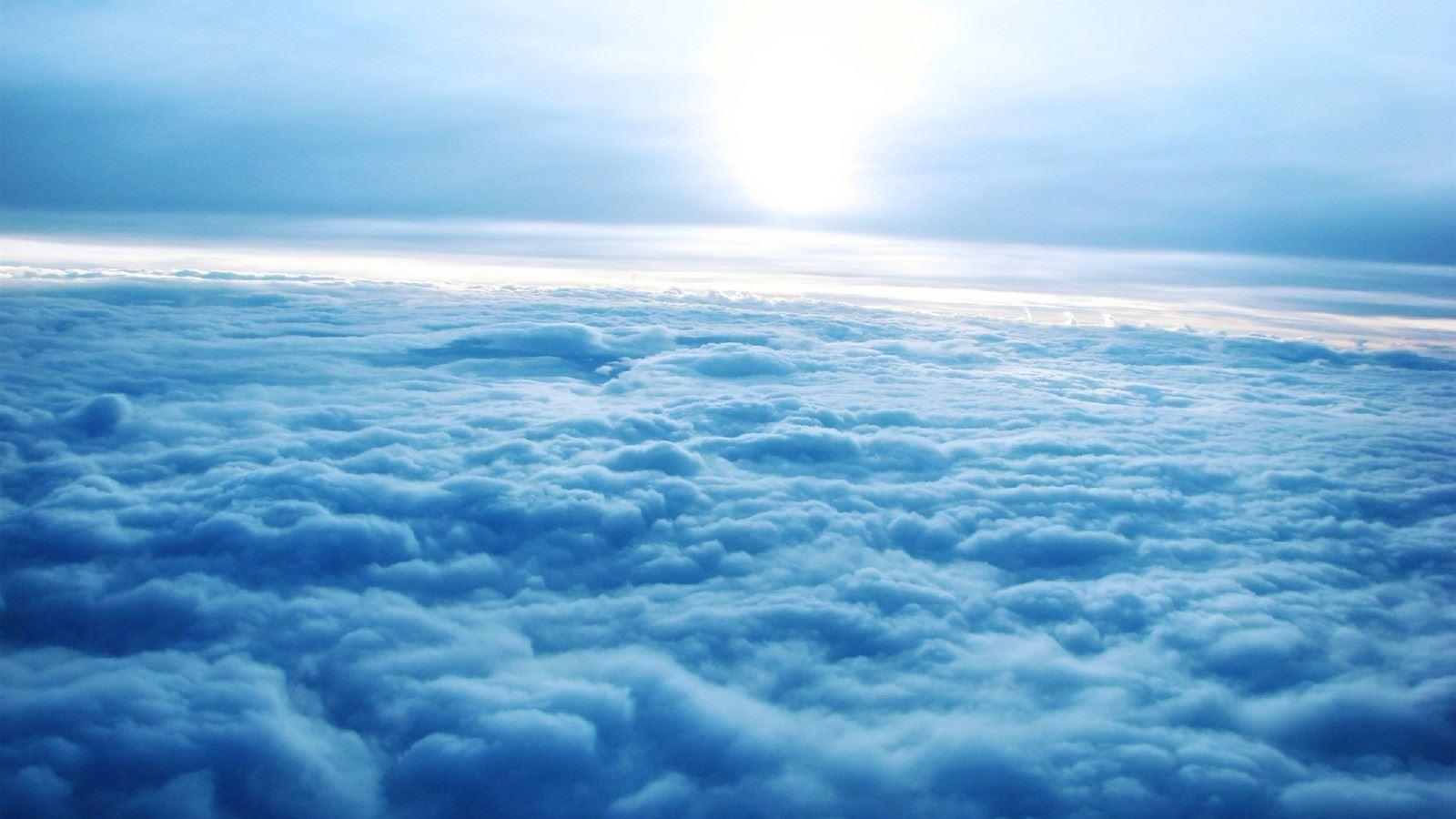 蔚蓝天空白云一望无际心情