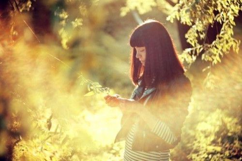 阳光下的意境女生