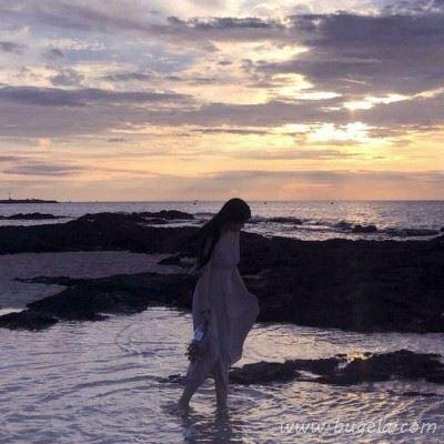 唯美海边漫步落日不露脸
